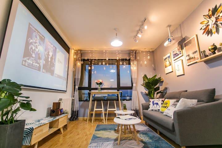 客厅是冷淡简约的北欧风装饰,阳台挂着小夜灯,又不失温馨浪漫~