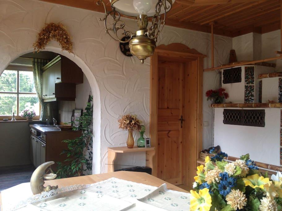 Esszimmer mit Küche und Kamin