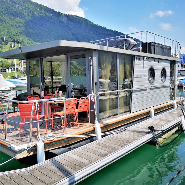 """Pura vida"" Houseboat on the lake of Zug"