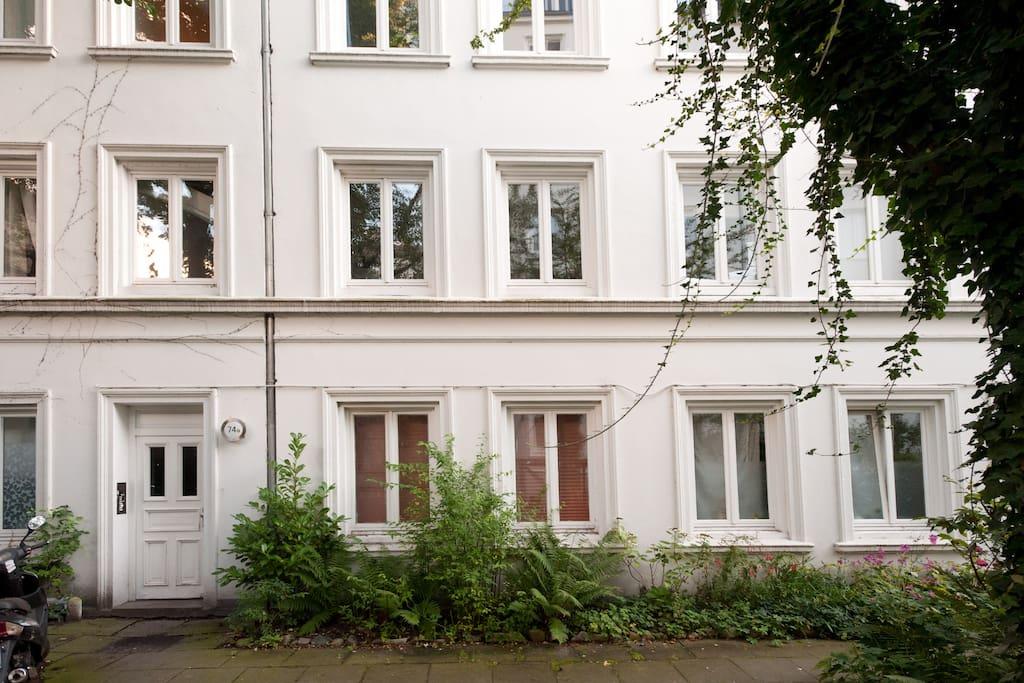 Außenansicht: die beiden Zimmer in der Mitte