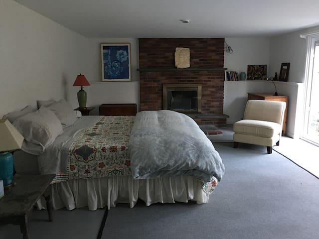Woodstock Private Suite: Ensuite Bath/Patio