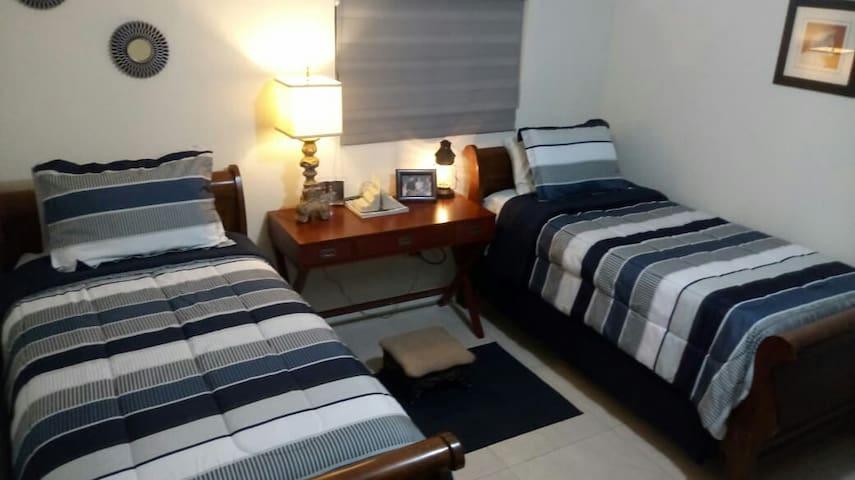 Recámara con 2 camas individuales muy cómodas, closet, escritorio y mini Split independiente.
