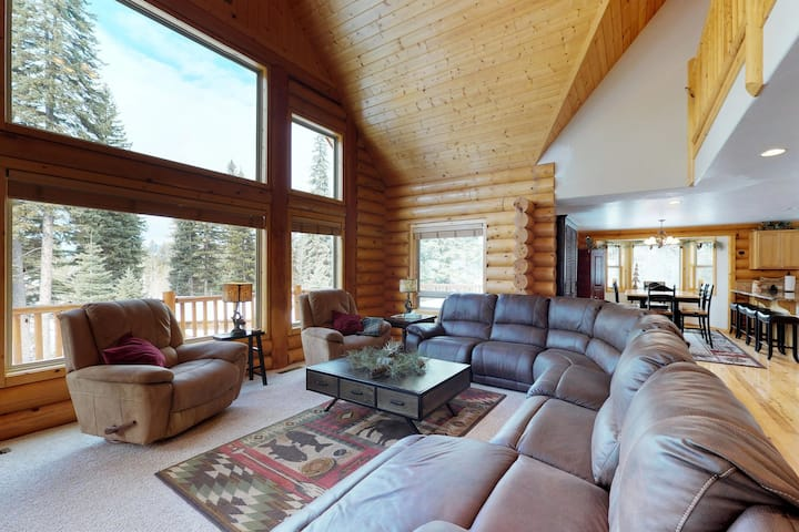 Luxurious cabin w/free WiFi, private gas grill, shared pool, and hot tub!