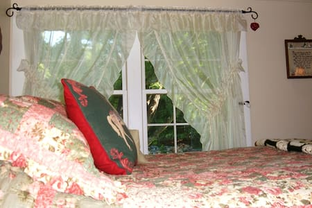 Treehouse Room in Cozy Old House - Gilford - Dom
