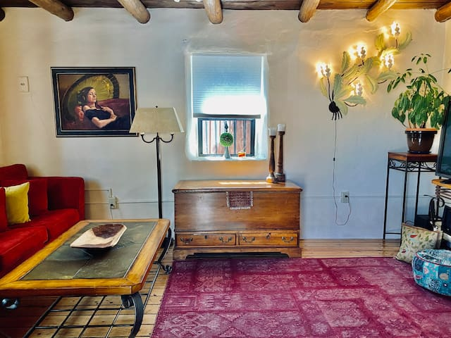 100 year old Downtown Railyard Adobe, Pet friendly
