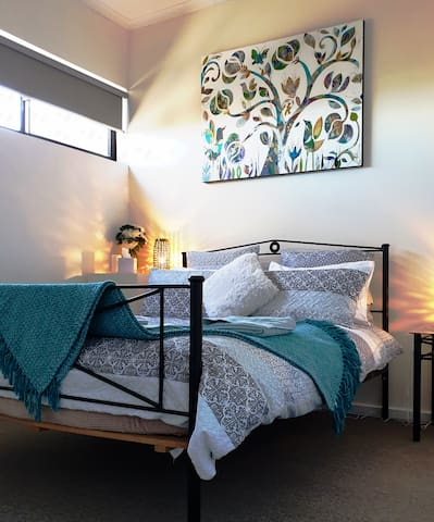 """Comfy Queen size bed, Built in Robes """"Nice, stylish clean apartment with everything anyone needs to be comfortable and feel at home, very comfy beds, great heating, """" Nina & Derek *****"""