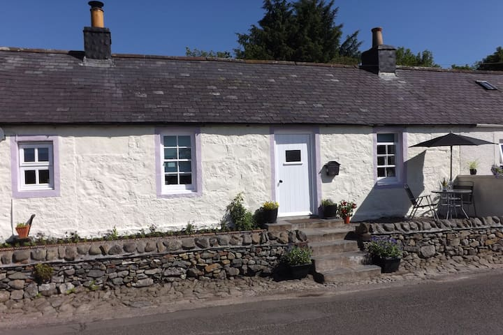 Charming 500 year old cottage in Moniaive