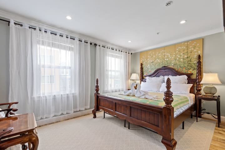 Elegant artistic luxury stay for 4 next to Beach
