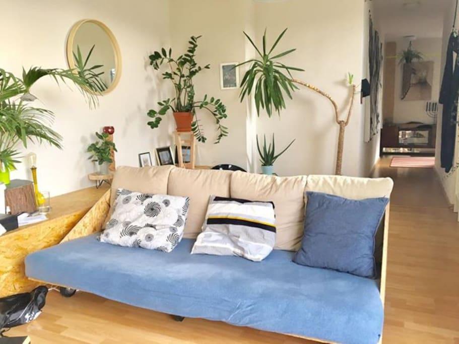 canapé fait maison pouvait accueillir 3 personnes assises ou 1 personne allongée.