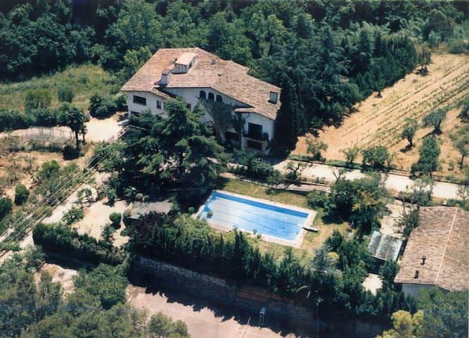 Habitaciones Suites en Casa Señorial - St Cugat del Vallès - วิลล่า