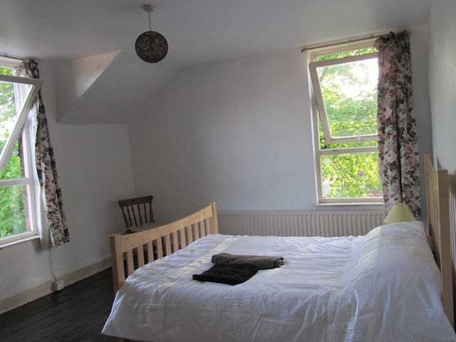 Spacious Double bedroom in South Manchester - Manchester - Huis
