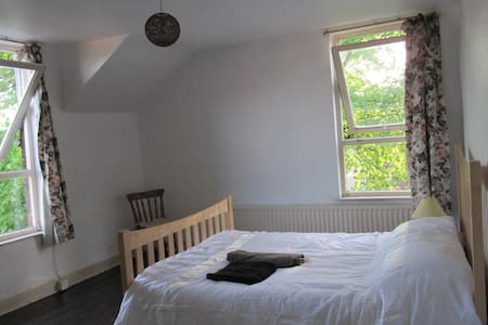 Spacious Double bedroom in South Manchester - Манчестер