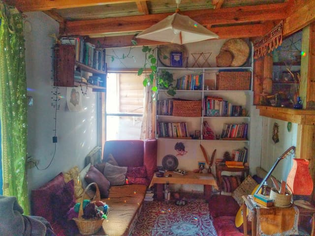 Cozy small house in an Ecovillage - Klil