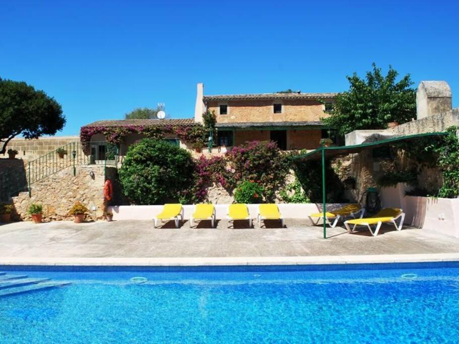 Casa de campo con piscina para 6 adultos y dos niños.