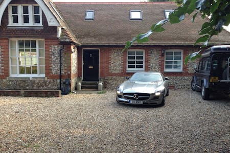 Old lodge house near Chichester. - Chichester - Huis