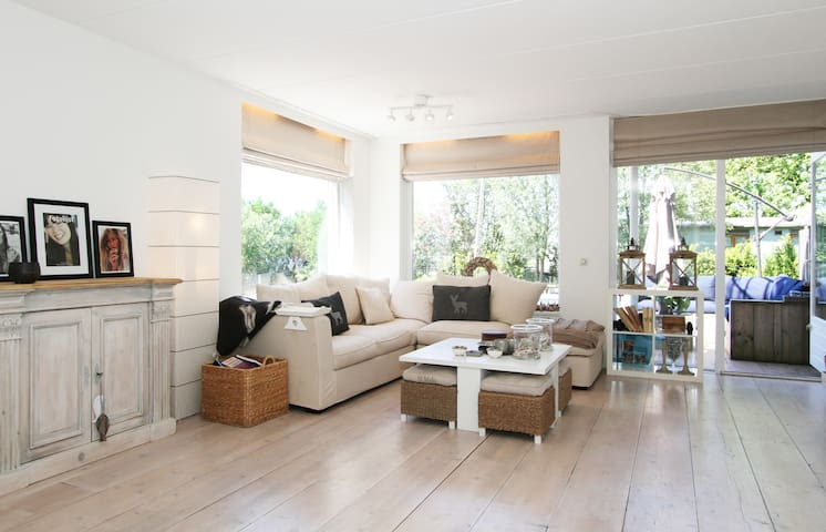 Spacious,bright & white on the lake - Vinkeveen - House