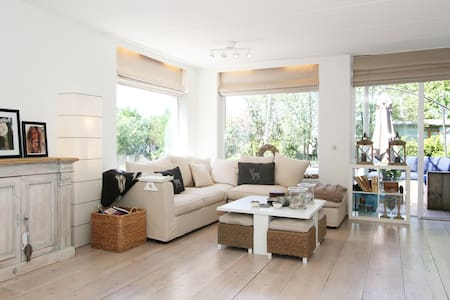 Spacious,bright & white on the lake - Vinkeveen