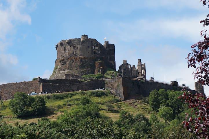 Maison avec vue sur le château de Murol - Murol - House
