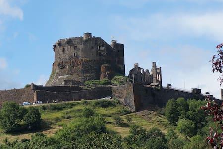 Maison avec vue sur le château de Murol - Murol