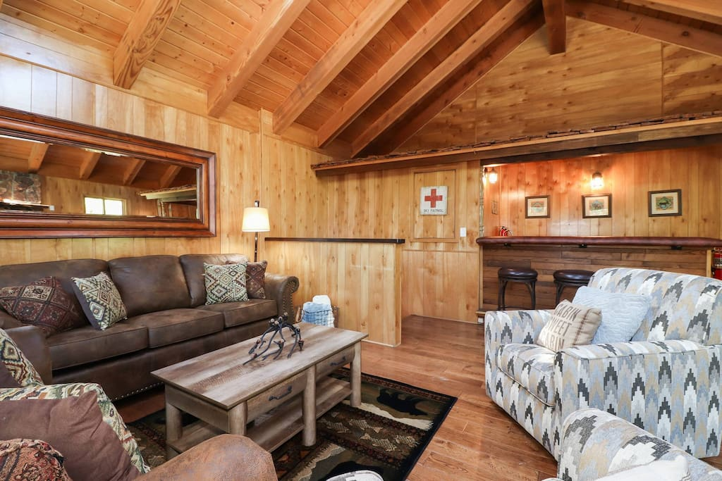 La maison pool table hot tub bbq cabins for rent in for Big bear cabins with jacuzzi tubs