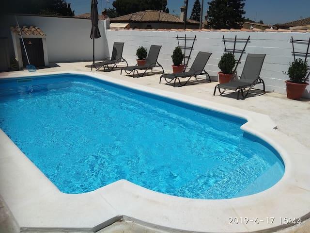 VILLA FARANA. Chalet acogedor con piscina privada.