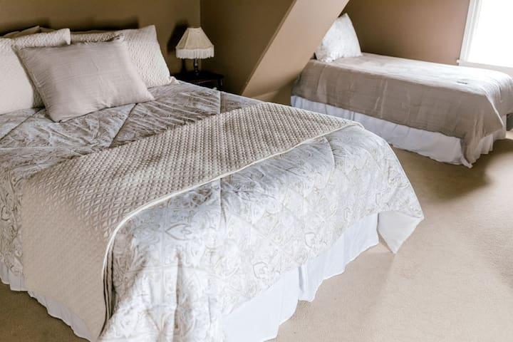 Bedroom #3  1 queen bed, 1 single bed