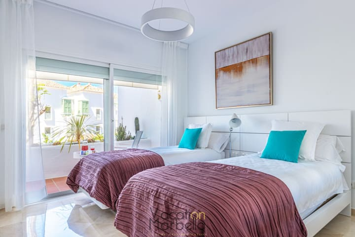 Guest bedroom, two single beds (90 x 200 cm), and private balcony.