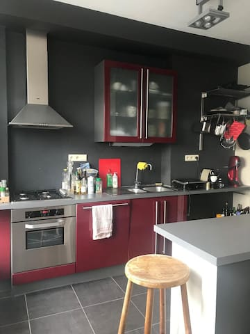 Fully equipped kitchen with oven, dishwasher and