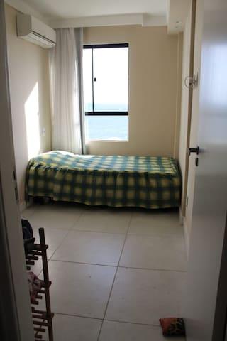 Quarto 2 (andar inferior) : cama casal, vista mar, cortina Black out e ar condicionado.