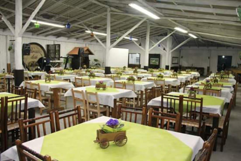 Salão com capacidade para 250 pessoas.