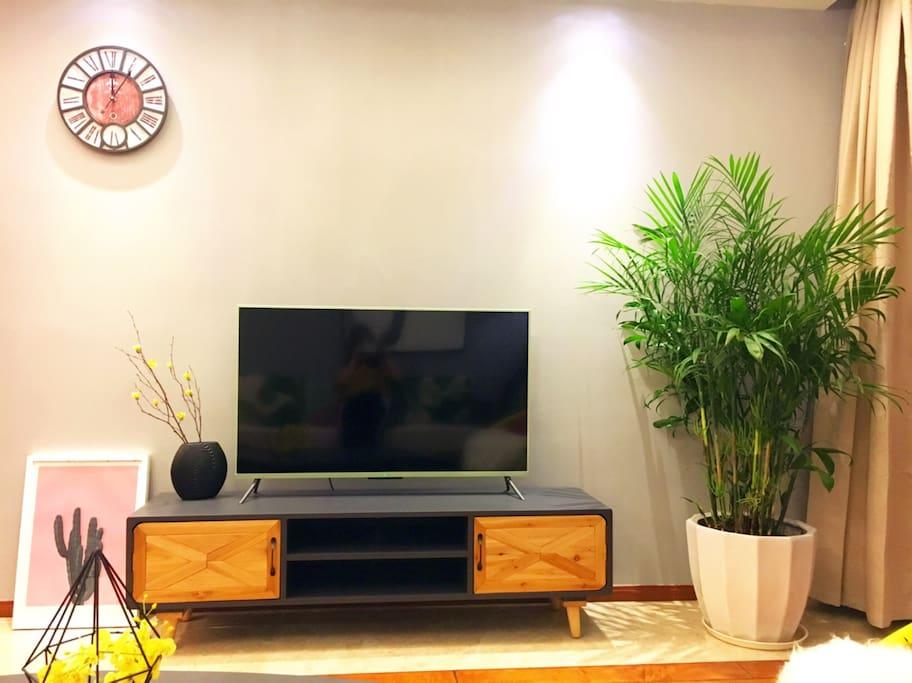 让人心情舒畅的绿植 超大的电视屏幕