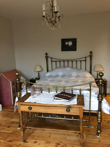 Lovely double room in stylish 1930s house