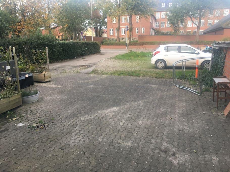 Parkeringsplads foran boligen.
