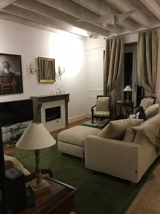 Comfortable, fully furnished lounge