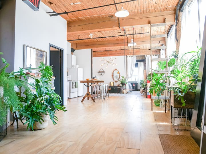 Plant Paradise LOFT: Vintage Brick and Beam Dream