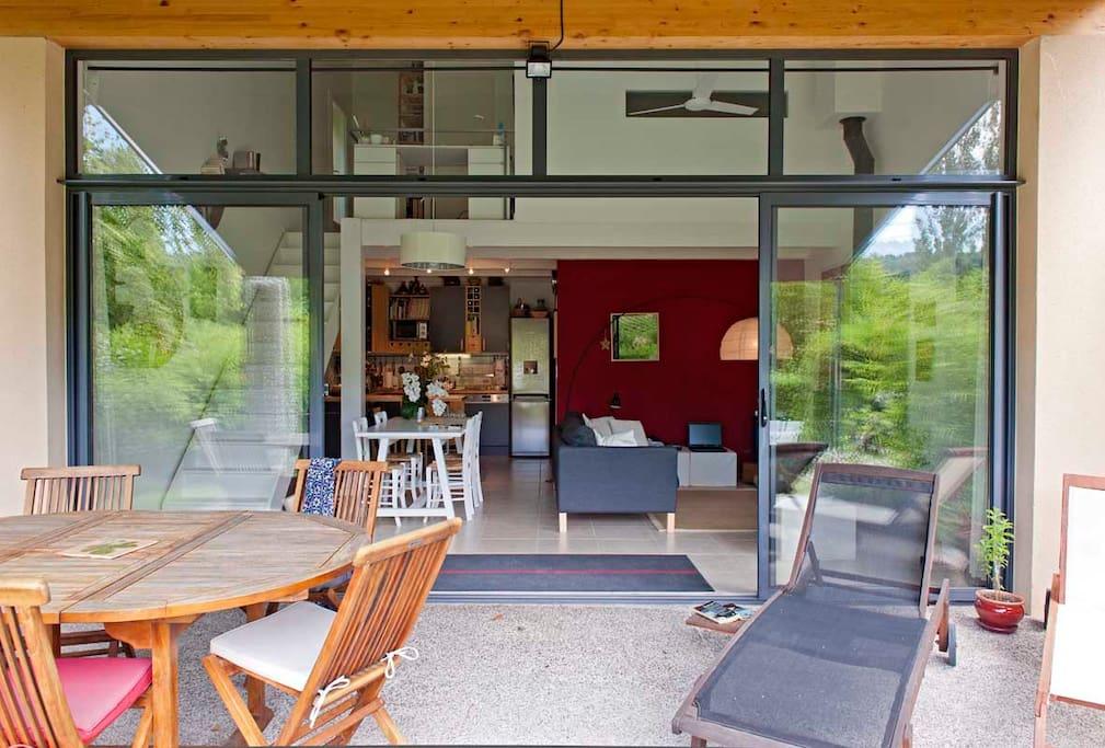 La terrasse et le salon.