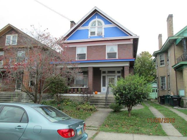 Roomy Apartment in Charming Northside Home - Cincinnati - Apartment