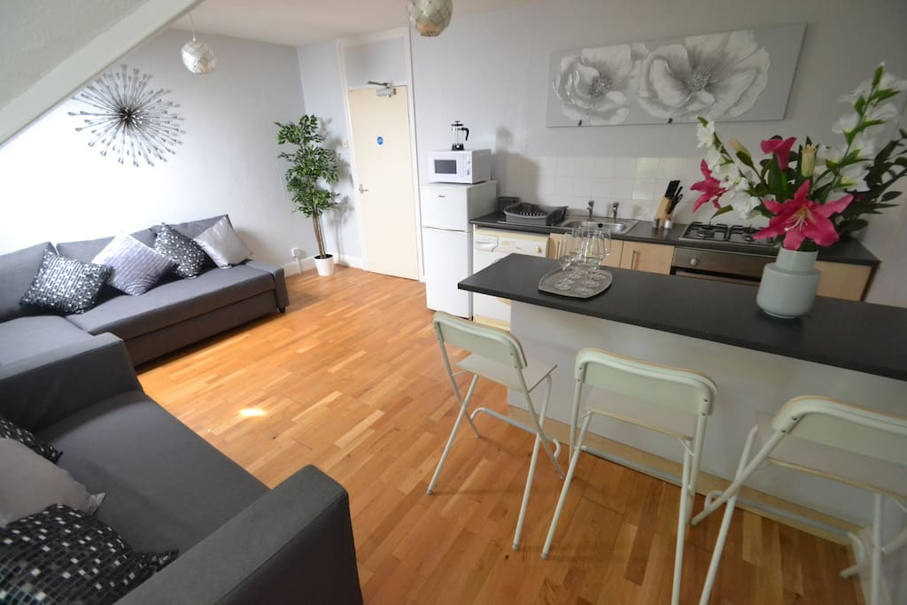1 bedroom + sofa bed for up to 4 adults and 1 child, 5 mins to independent restaurants, bars and shops.