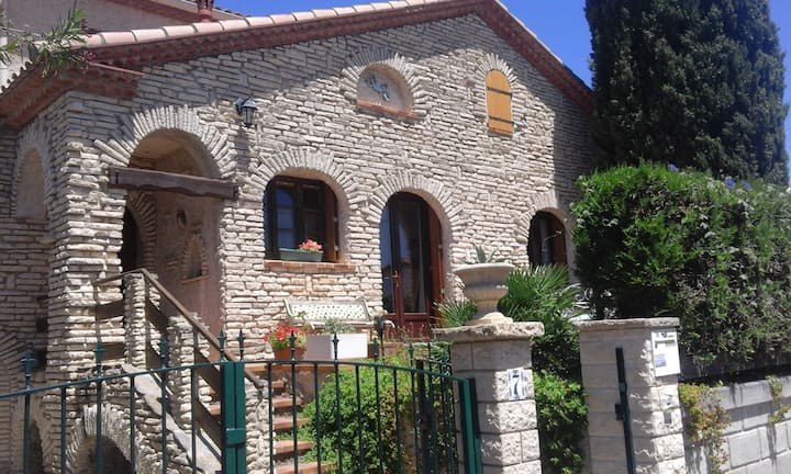 Bed and ( breakfast optional ) near Montpellier