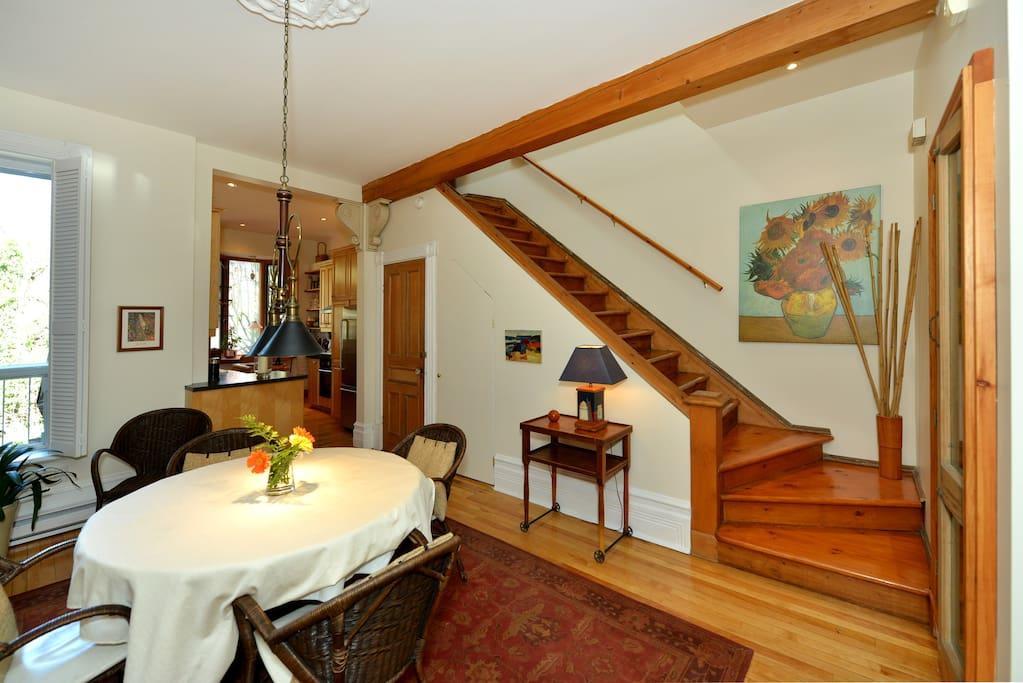Salle à manger, escalier vers deuxième étage