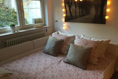 Cosy and big room in family home - Tübingen - Talo