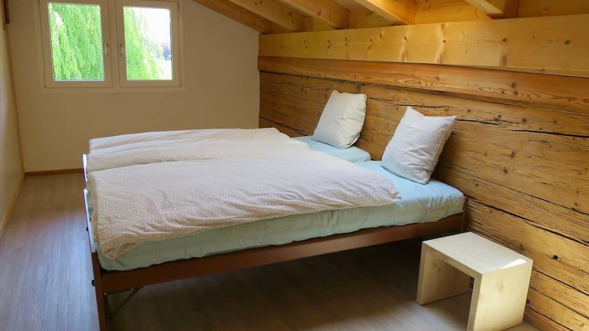 Schlafzimmer im Obergeschoss mit zwei Einzelbetten
