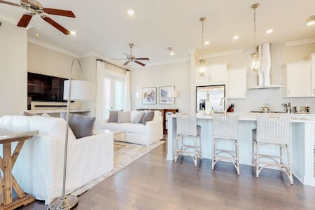 Prominence townhome w/ private patio & shared pool/gym/beach shuttle!