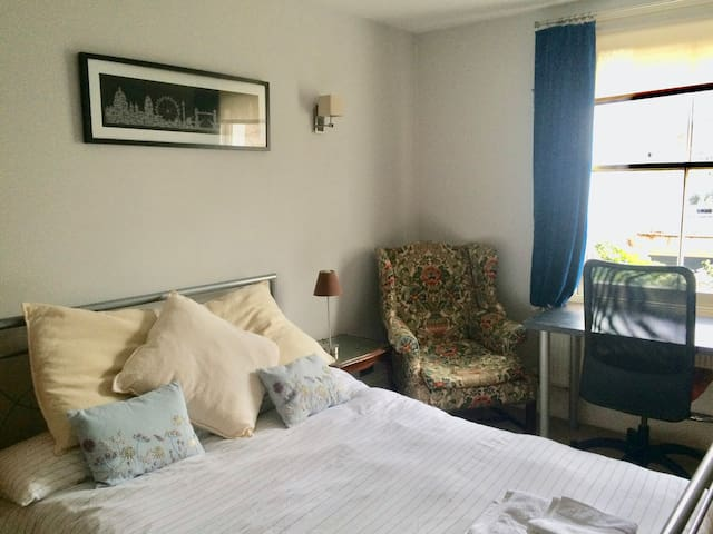 Great room in Fulham with desk overlooking gardens