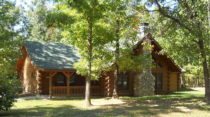 Authentic log cabin close to Branson with woodburning fireplace and hottub