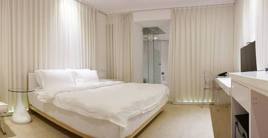 PREMIUM DOUBLE ROOM WITH NO WINDOW尊貴雙人房(無窗)
