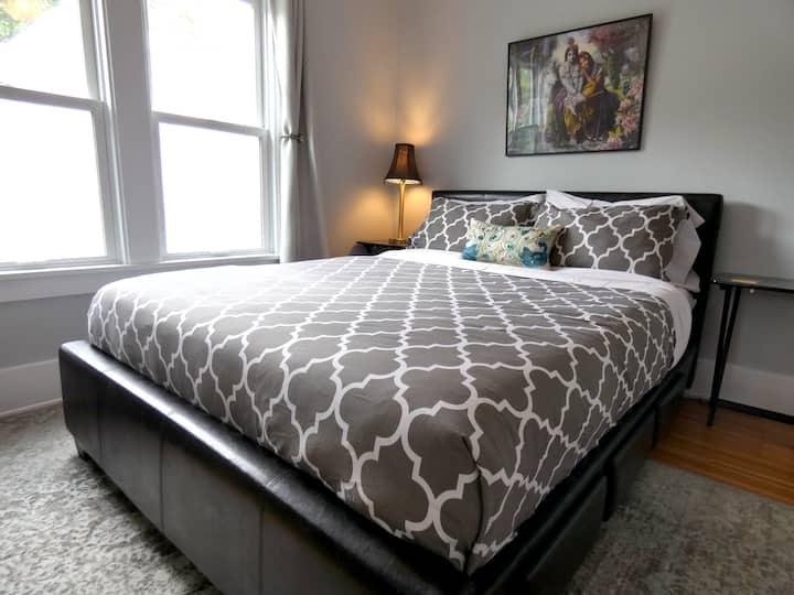 Cozy, Modern Guest Room & Bath Near Park Avenue