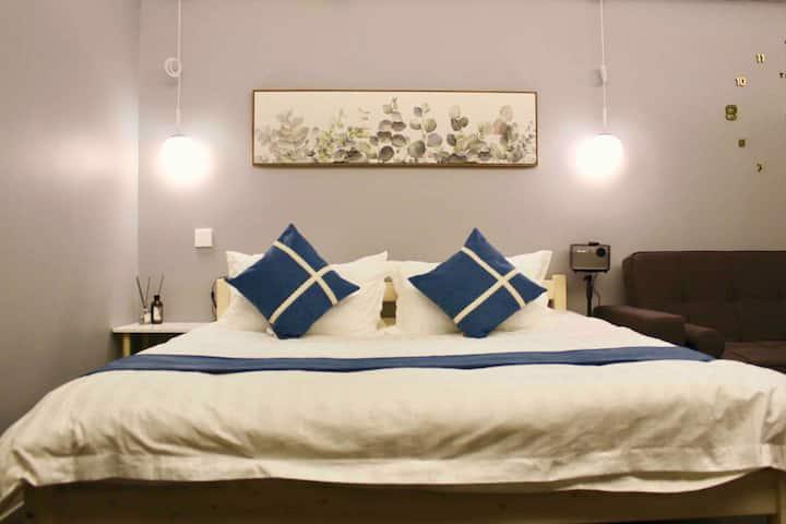 盛琳公寓C1 CBD北欧宜家风小米AI智能控制投影大床房,1080P分辨率带阳台厨房近步行街大洋国贸