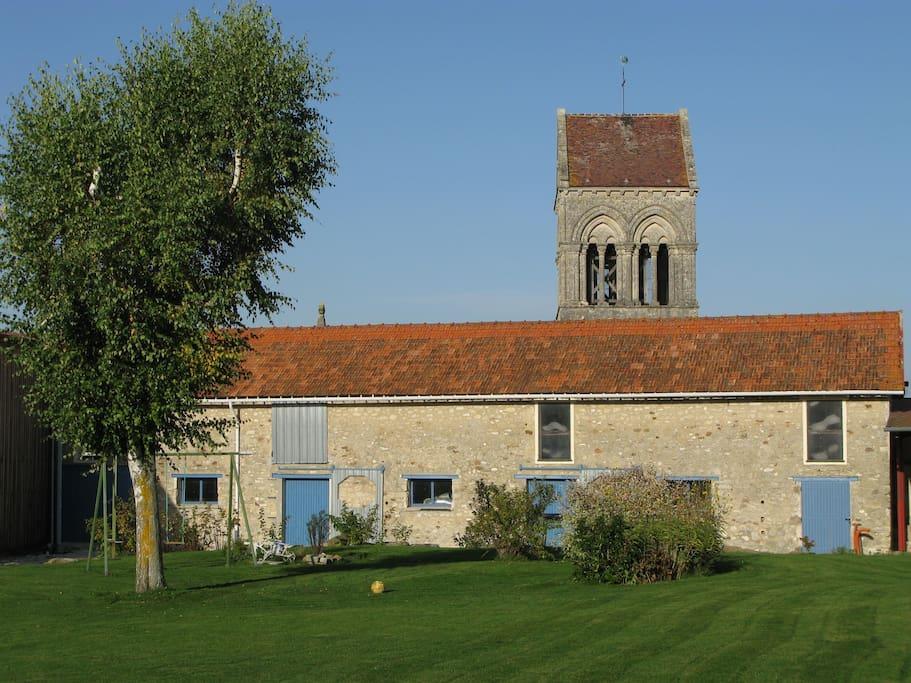 Vue du bâtiment secondaire et de l'église de Torcy en Valois (classée monument historique)