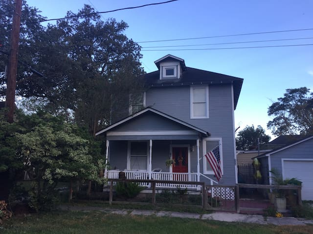 Historic 2 bedroom home close to everything! - Houston - House